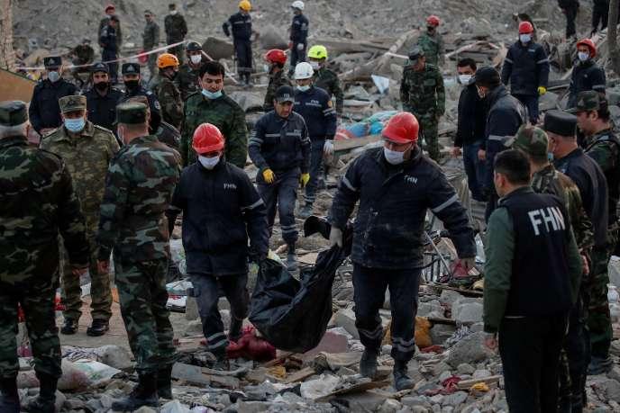 A Gandja, les secouristes fouillent les décombres des habitations détruites, le 17 octobre.