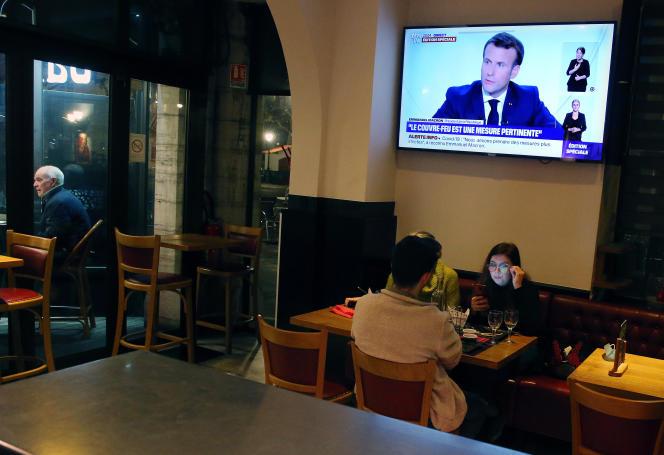 Dans un restaurant de Saint-Jean-de-Luz (Pyrénées-Atlantiques), lors de l'entretien télévisé d'Emmanuel Macron annonçant le couvre-feu, le 14 octobre.