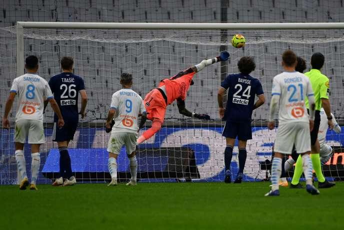 Le gardien bordelais Benoît Costil lobé par une tête du Marseillais Jordan Amavi, au Stade-Vélodrome, samedi 17octobre.