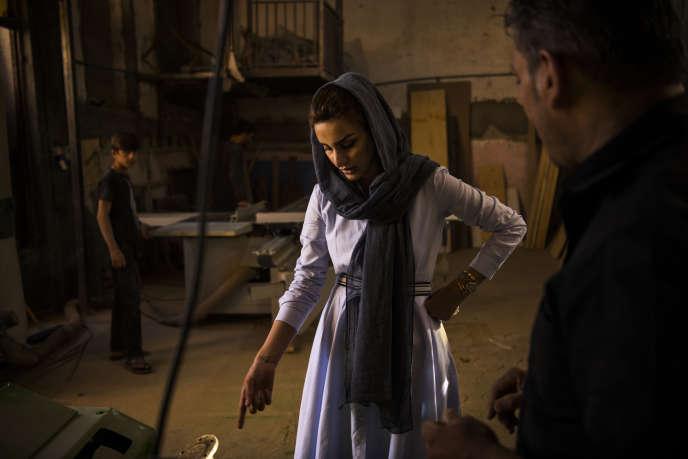 Nilofar Ayoubi, directrice d'un atelier de fabrication de meubles dans l'ouest de Kaboul, s'adresse à ses employés, le 3 octobre.
