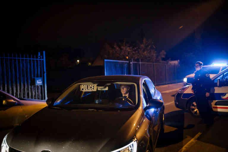 Conflans, Yvelines, le 16 octobre 2020. Non loin du collège, la zone est quadrillée par la police,au bout de cette rue, la scène de crime où le professeur d'histoire a  été décapité.La zone est inaccessible, certains habitants ont du mal à rentrer chez eux.