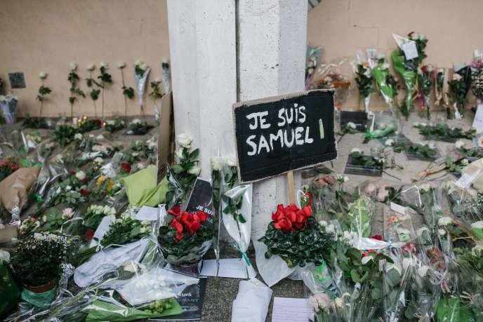 Devant le collège du Bois-d'Aulne, où Samuel Paty enseignait, à Conflans-Sainte-Honorine (Yvelines), le 17 octobre.