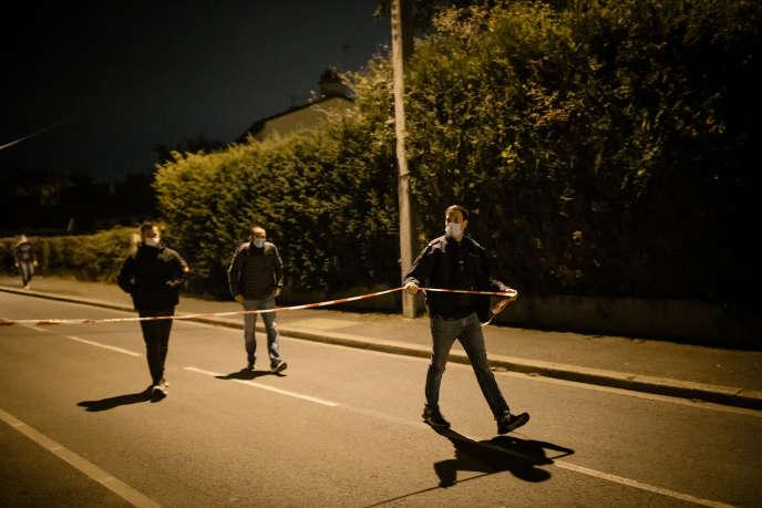 A Conflans-Sainte-Honorine, le 16 octobre. Non loin du collège, la zone est quadrillée par la police.