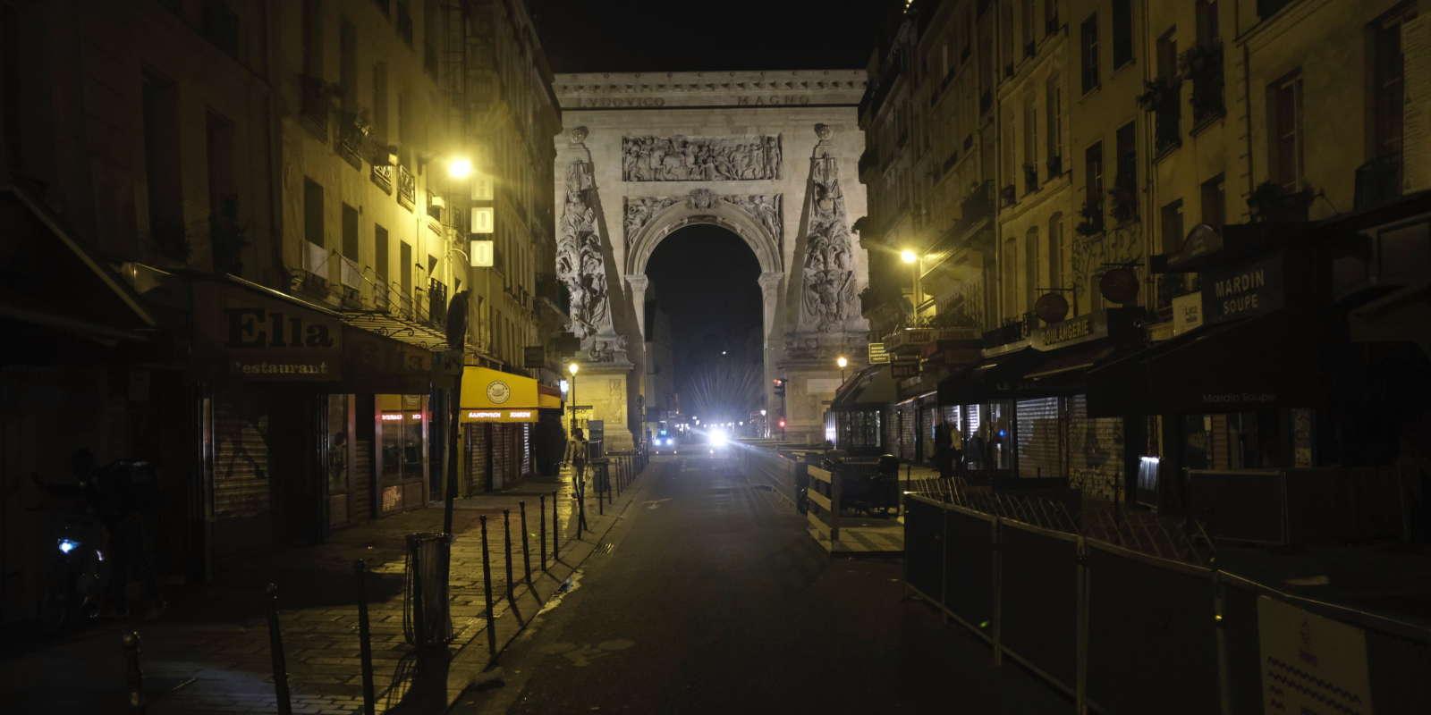 La rue du Faubourg Saint-Denis à Paris, d'habitude très animée, durant le couvre feu le 18 octobre.