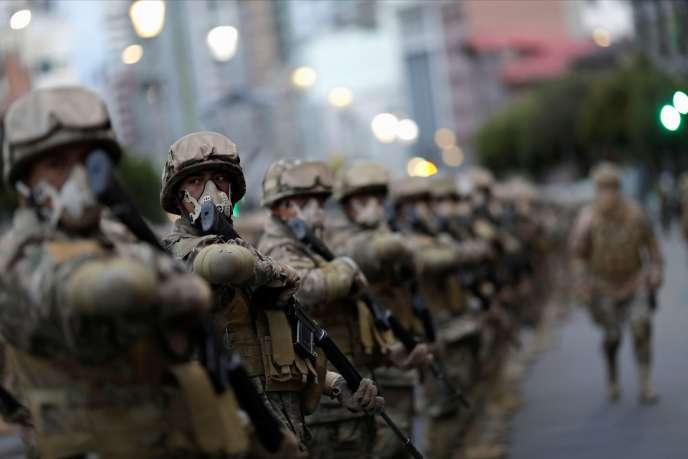 Des forces de l'ordre déployées à La Paz la veille du premier tour des élections générales du 18 octobre.