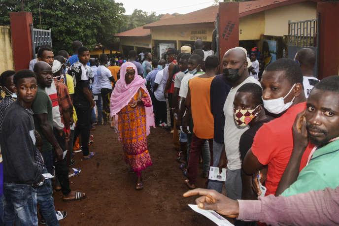 Devant la gare de Conakry, nous attendons le vote, ce dimanche 18 octobre (CELLOU BINANI / AFP)