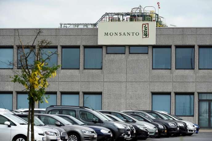 L'herbicide Lasso de Monsanto est interdit en France depuis novembre 2007, mais il avait été banni du Canada dès 1985, puis en Belgique et au Royaume-Uni en 1992.