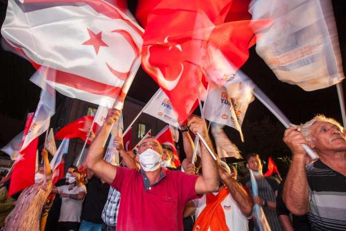 Des partisans d'Ersin Tatar manifestent à Nicosie, dimanche 18 octobre. Une demande de recompte des bulletins de vote par le camp de M. Akinci, qui a plusieurs fois dénoncé l'ingérence de la Turquie dans l'élection, n'est pas à exclure.