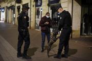 Deux gendarmes s'assurent durespect du couvre-feu - qui n'interdit pas de promener son chien -, à Rouen, le 17 octobre.