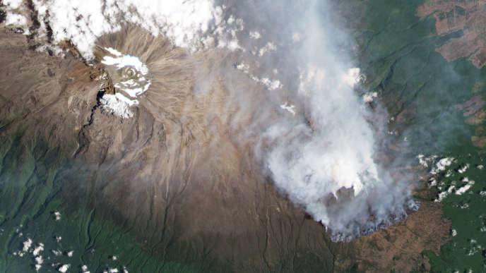 Vue aérienne de l'incendie sur les pentes du Kilimandjaro, Tanzanie, 12 octobre 2020.