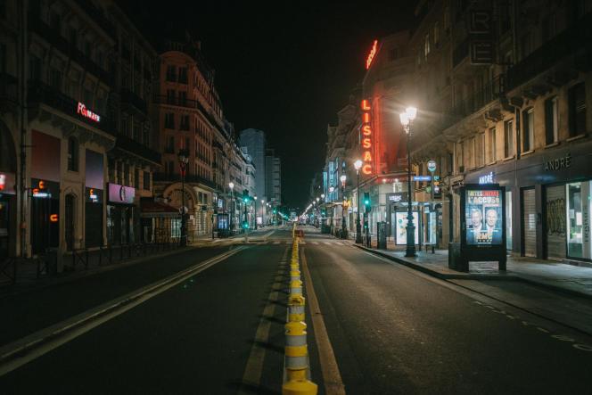 La rue de Rivoli déserte après l'entrée en vigueur du couvre-feu, à Paris, le 17 octobre.