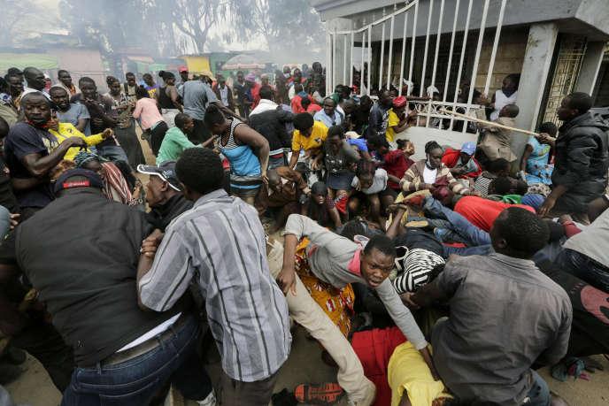 Lors d'une distribution de nourriture dans le bidonville de Kibera à Nairobi, le 10 avril 2020.