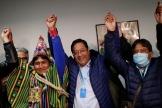 Le candidat pro-Morales, Luis Arce (au centre), et son colistier (à droite), David Choquehuanca, le 19 octobre à La Paz.