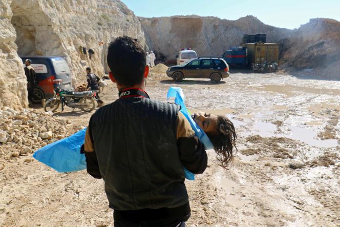 Après ce que les secouristes ont décrit comme une attaque au gaz dans la ville de Khan Sheikhoun à Idlib, tenue par les rebelles, le 4 avril 2017.