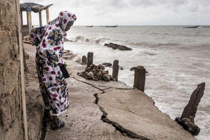Le trottoir menant à la mosquée de Bargny, au Sénégal, fragilisé par la montée des eaux, le 18 septembre.