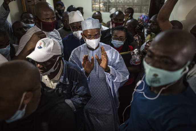 Le chef de l'opposition à Alpha Condé, Cellou Dalein Diallo (au centre), marche aux côtés de ses soutiens, à Conakry, le 19octobre.