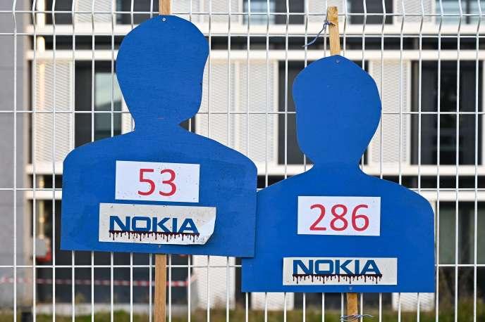 Cartonnages représentant des salariés sacrifiés, sur le site de Nokia à Lannion, le 19 octobre.