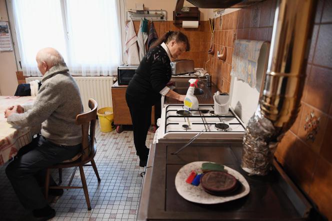 Une aide à domicile chez une personne âgée à Dingsheim (Bas-Rhin), en janvier 2019.