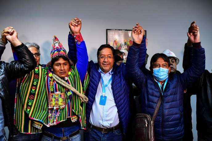 Luis Arce, le candidat de la gauche et dauphin de l'ancien chef de l'Etat Evo Morales – qui ne se présentait pas pour la première fois depuis vingt ans –, a remporté la présidentielle dès le premier tour avec 52,4% des voix, selon un sondage de sortie des urnes diffusé par la chaîne privée Unitel.
