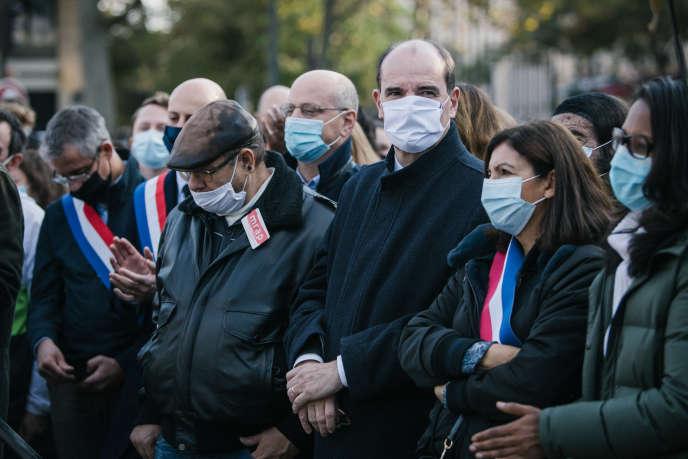 Sur la place de la République, à Paris, le 18 octobre, de nombreuses personnalités politiques sont présentes comme le premier ministre, Jean Castex, et Anne Hidalgo, maire de Paris, ainsi que Jean-Michel Blanquer et Marlène Schiappa.