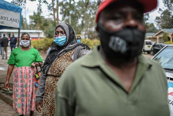 Des Kényans font la queue lors d'une opération de dépistage du Covid-19 à Kibera, un bidonville de Nairobi, le 18octobre 2020.