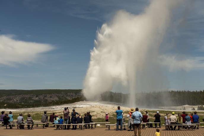 Le geyser emblématique «Old Faithful» dans le parc national de Yellowstone, États-Unis, en juin 2020.