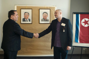 Ulrich Larsen (à droite) a piégé Alejandro Cao de Benós, businessman trouble, ami de la Corée du Nord.