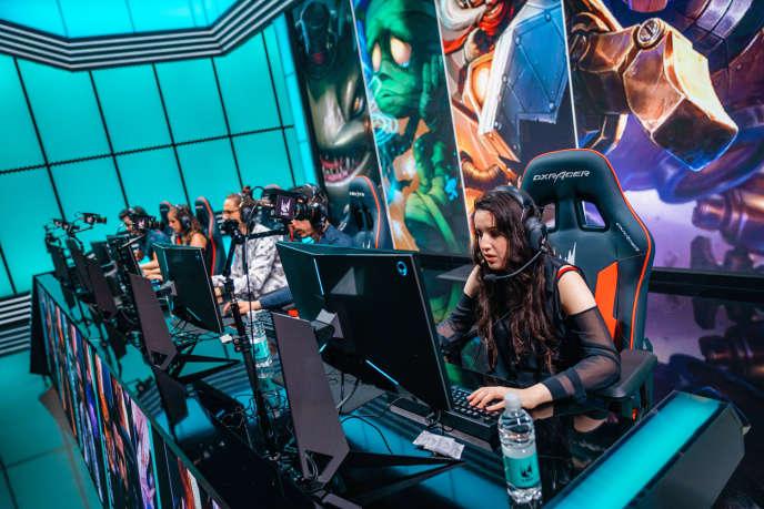 Des équipes mixtes sur la scène de la ligue européenne de «League of Legends», le 21juin 2019.