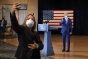 En arrière-plan, le candidat démocrate Joe Biden, le 13 octobre 2020, àPembroke Pines, en Floride.