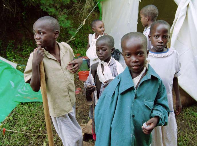 Enfants tutsis mutilés, survivants du génocide, en mai 1994 à Kigali, au Rwanda