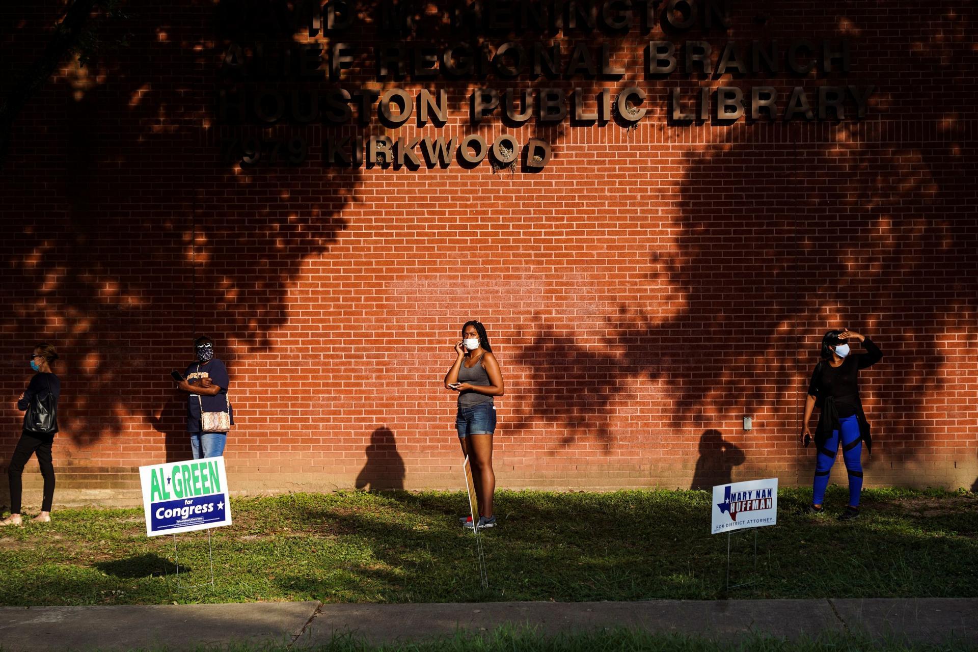 Le Texas est un État traditionnellement conservateur.  Depuis 1980, ses habitants ont voté pour le candidat républicain à la présidentielle.  Cette année, cependant, les sondages montrent que le démocrate Joe Biden est en mesure de défier Donald Trump pour la victoire.  Le 13 octobre, les électeurs se sont alignés pour voter à Houston.