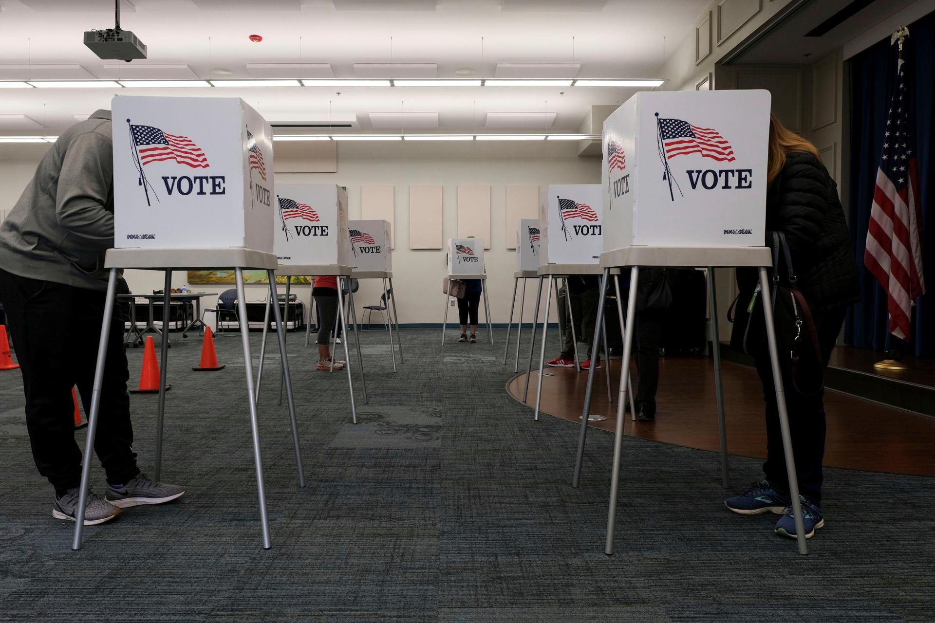 Le 13 octobre, les électeurs du comté de Scott à Georgetown, Ky., Ont voté au bureau de vote de la bibliothèque publique.  Dans les États révélant publiquement à quel parti appartiennent les électeurs, près de 54% des bulletins de vote ont été envoyés par des encarts du Parti démocrate, contre 25% des électeurs républicains.