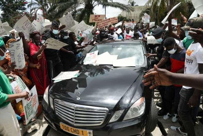 Manifestation de l'opposition, à l'arrivée d'une délégation de la Communauté économique des États de l'Afrique de l'Ouest, à Abidjan, le 18 octobre.