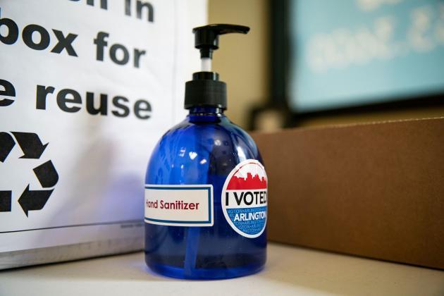 À Arlington, en Virginie, le 18 septembre, un gel hydroalcoolique a été mis à la disposition des électeurs.