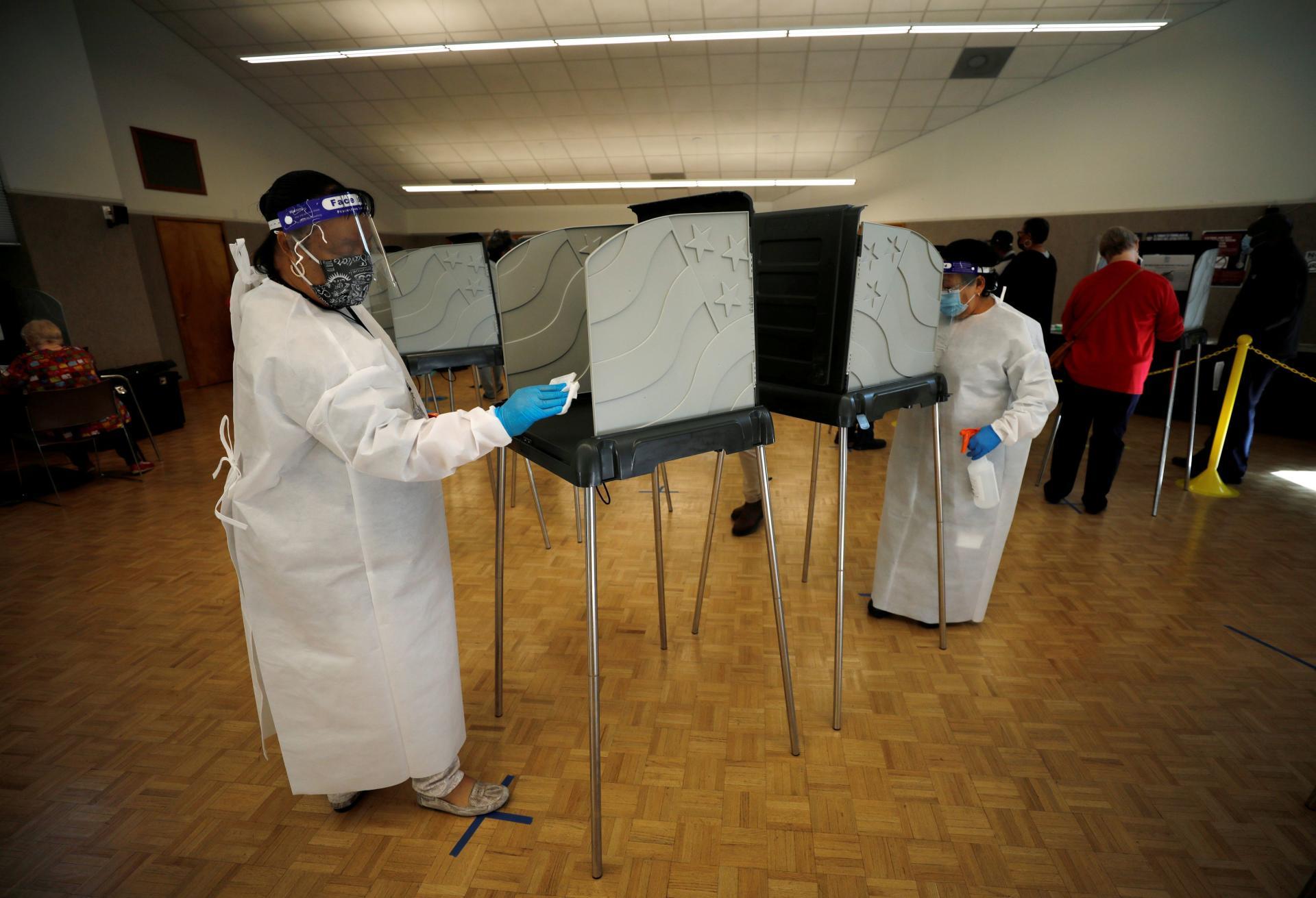 Afin d'organiser le vote lors de l'épidémie de Covid-19, les isoloirs du bureau de vote de Durham, en Caroline du Nord, sont désinfectés avant chaque utilisation, ce jeudi 15 octobre.
