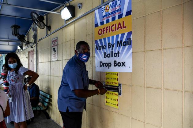 Un homme dépose son bulletin de vote par la poste au bureau du superviseur des élections du comté de Broward à Lauderhill, en Floride, le 5 octobre. Cet état est l'un des plus cruciaux pour l'issue de l'élection.