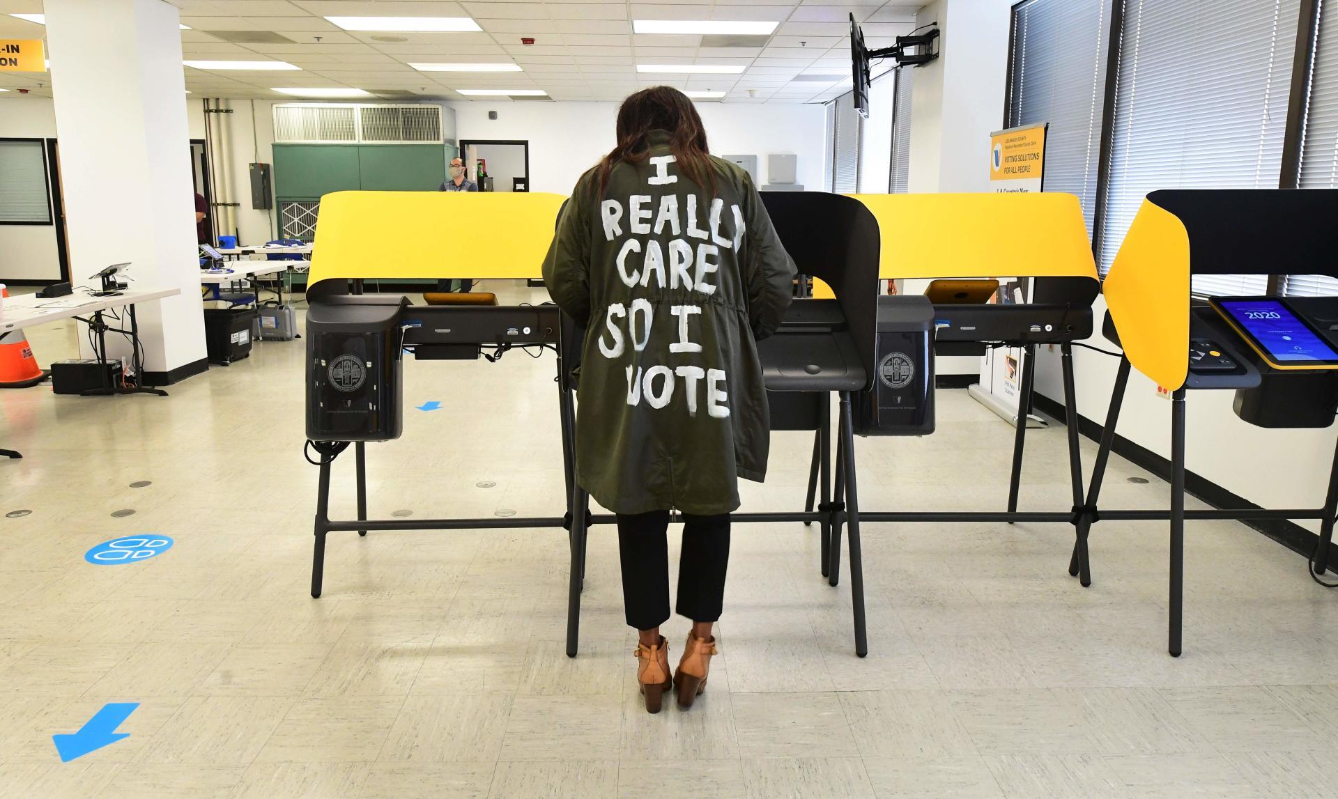 Le 19 octobre, au bureau de vote du comté de Los Angeles à Norwalk, un électeur a évoqué le rôle de la première dame américaine Melania Trump.  Elle avait exposé publiquement quelques jours plus tôt avec un manteau similaire sur lequel était écrit: