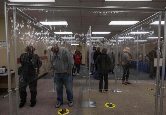 Les habitants du comté de Lucas, dans l'Ohio, s'alignent derrière des barrières en plastique et se tiennent à près de deux mètres l'un de l'autre pour éviter la contamination.