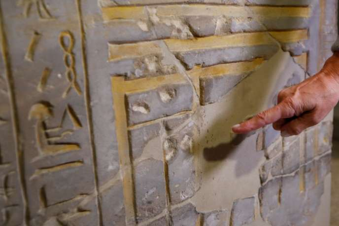 Friederike Seyfried, directrice de la collection égyptienne du Neues Museum de Berlin, montre les dégâts causés, mercredi 21 octobre.