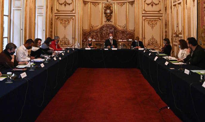 Barbara Pompili et Jean Castex lors d'une réunion avec des représentants de la Convention citoyenne pour le climat à Matignon, le 30 septembre.