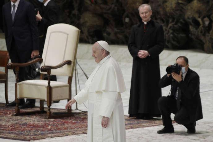 Le pape François accueille les fidèles au Vatican le 21 octobre.