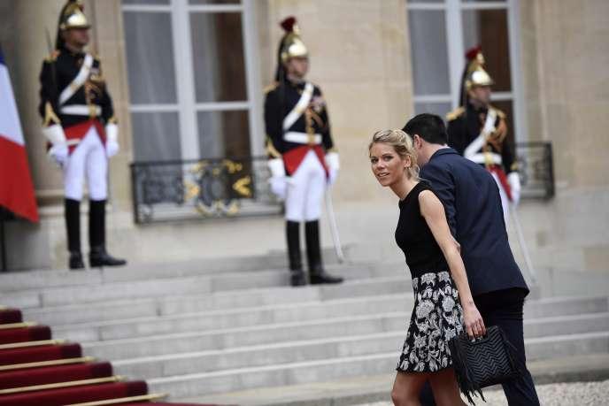 La belle-fille d'Emmanuel Macron, Tiphaine Auzière, au côté de son mari Antoine Choteau, au palais de l'Elysée à Paris, en mai 2017.