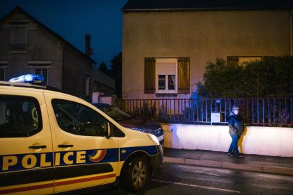 La police encadre la marche blanche en hommage à Samuel Paty, à Conflans-Sainte-Honorine (Yvelines), le 20 octobre.