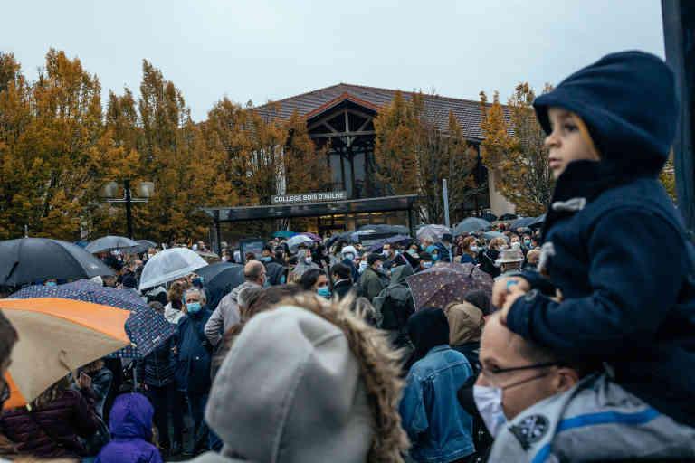 Conflans-Sainte-Honorine, Mardi 20 octobre, en début de soirée, une marche blanche au départ du collège le Bois d'Aulne, a eu lieu en hommage au professeur d'histoire Samuel Paty assassiné vendredi 16 octobre. Environ 6000 personnes sont présentes. Elles attendent le début de la marche sous la pluie.