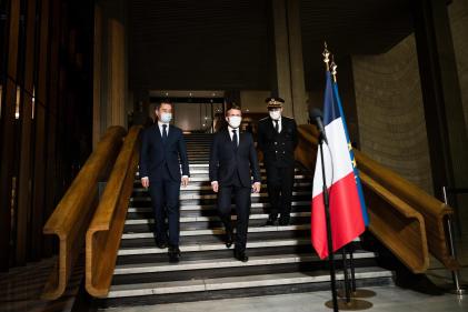 Emmanuel Macron entouré de Gérald Darmanin etGeorges-François Leclerc,préfet de Seine-Saint-Denis, à Bobigny, le 20 octobre.