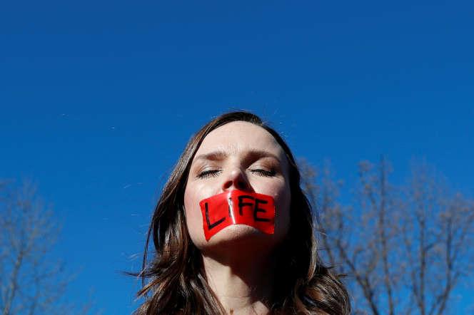 Une manifestant pro-vie devant la Cour suprême des États-Unis, le 4 mars 2020.