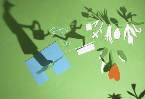 Un jardinier avec son arrosoir et une jeune fille courant dans les herbes vertes