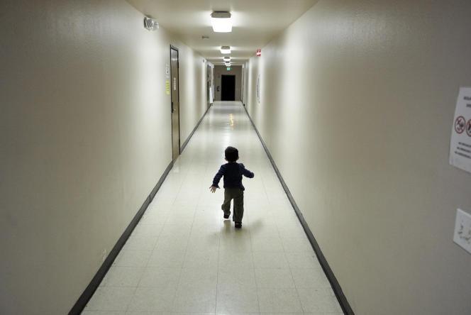 Un petit garçon, originaire d'Amérique centrale, court dans un couloir d'un centre de détention pour migrants à San Diego, le 11 décembre 2018.