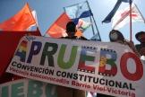 Un militant tient une banderole « J'approuve», à Santiago du Chili, le 22 octobre.