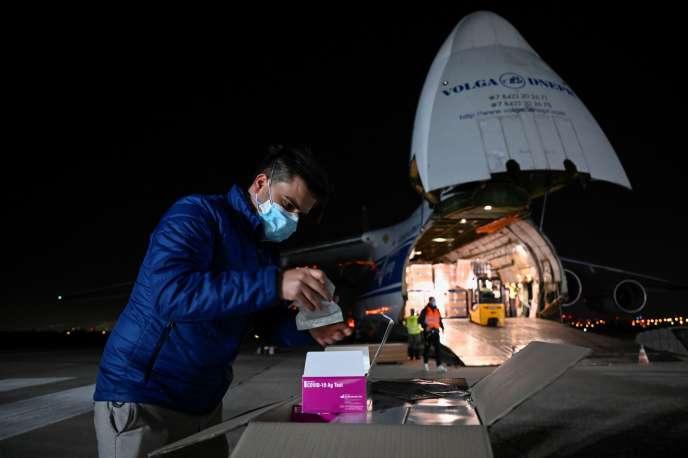 Livraison de matériel pour les tests antigéniques à l'aéroport de Bratislava le 22 octobre. Le pays a annoncé vendredi vouloir tester l'ensemble de sa population.